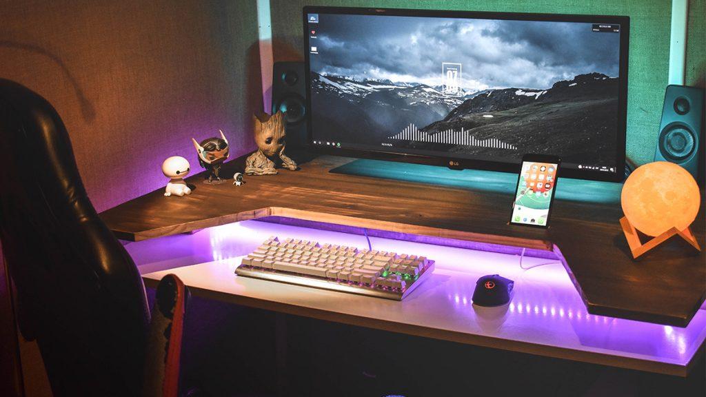 Бюро, монитор и клавиатура