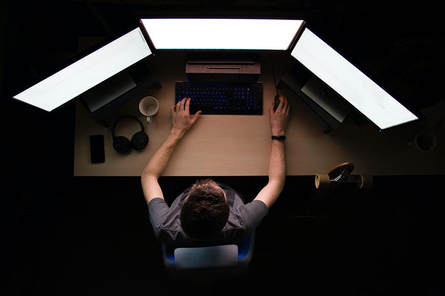 Мъж работи на компютър.