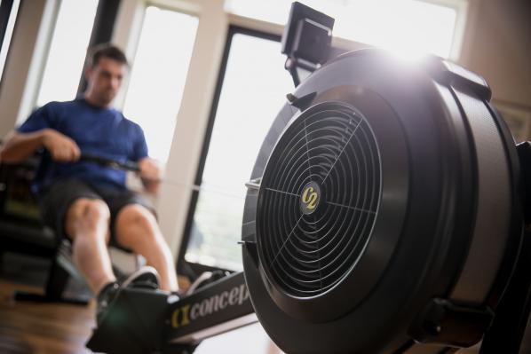 мъж тренира с фитнес уред